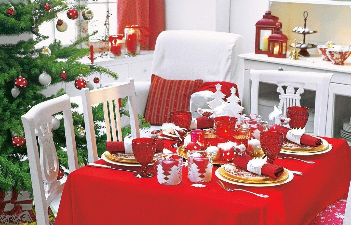 Новогодний стол с красной скатертью