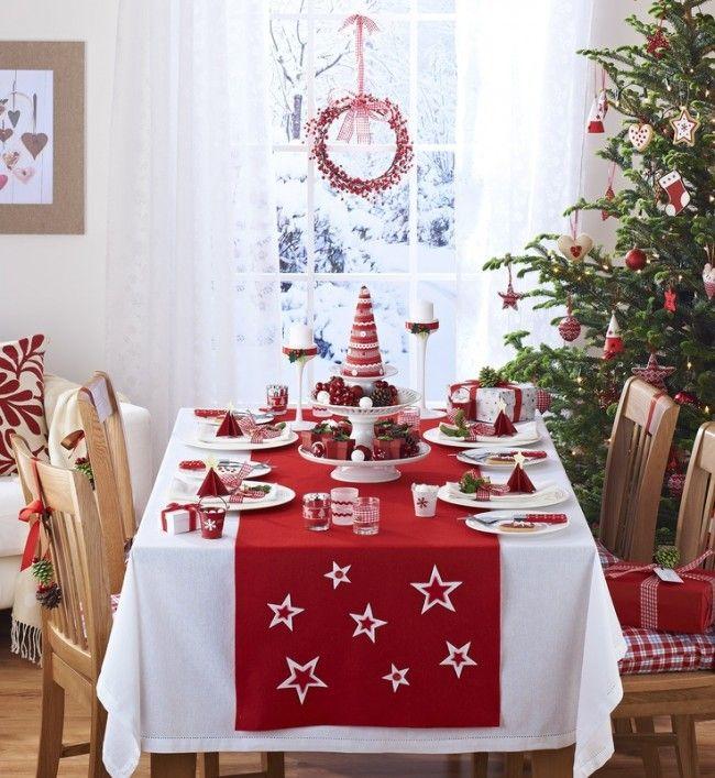 Новогодний стол с белой скатертью и красным раннером