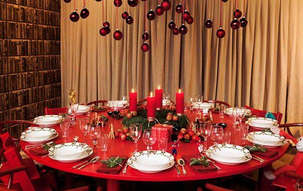 Новогодний стол с красной скатертью и шарами