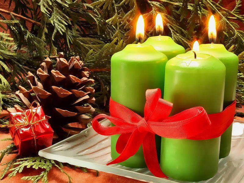 Зеленые свечи на Новый год у елки