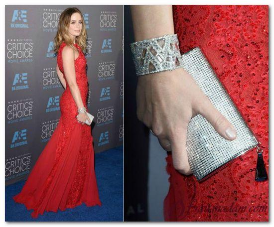 Красное платье с блестящими аксессуарами