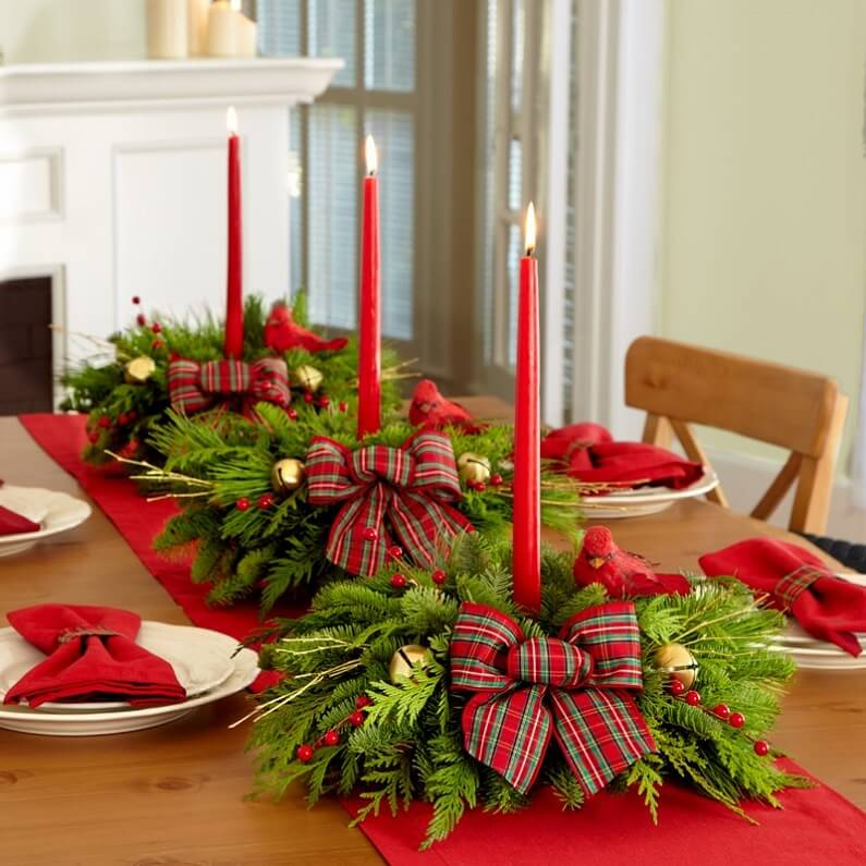 Красный стол с елкой