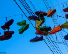 Кроссовки на проводах как часть уличной культуры