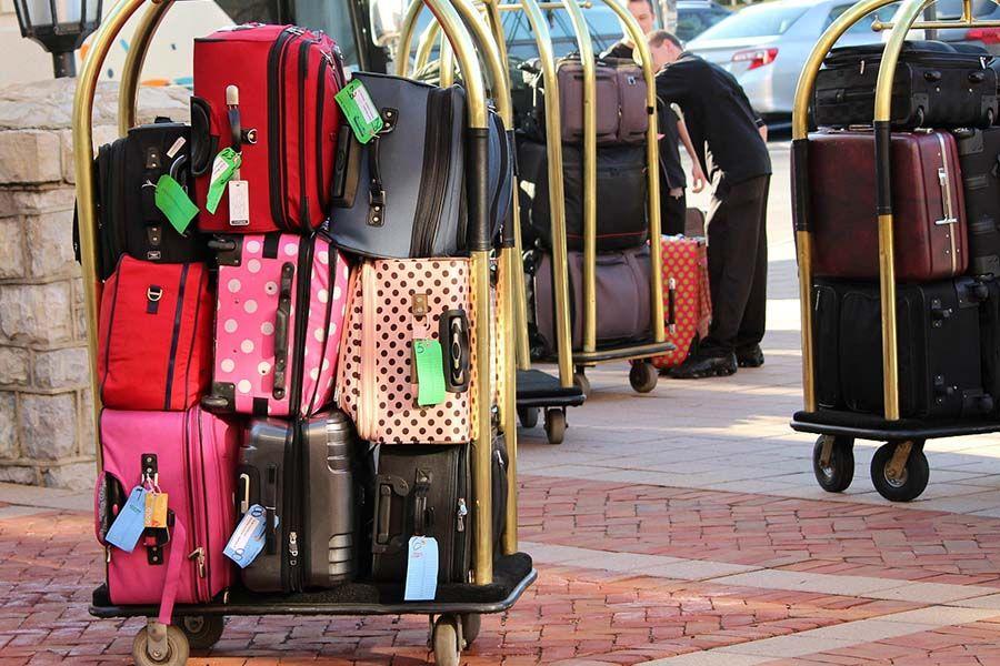 разные цвета чемоданов