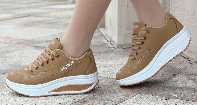 Бежевы кроссовки на платформе