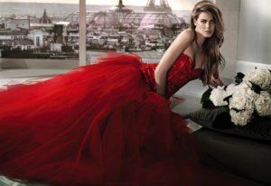 модель в красном платье