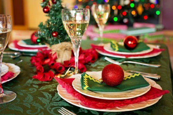 Украшения новогоднего стола с елкой