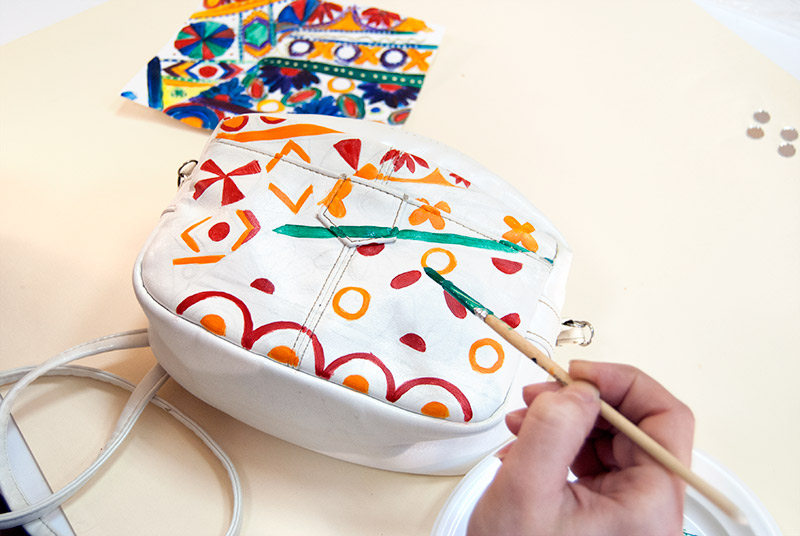 Роспись сумки акриловыми красками
