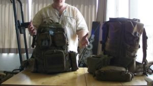 мужчина собирает рюкзак