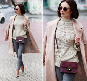 бордовая сумка с розовым пальто