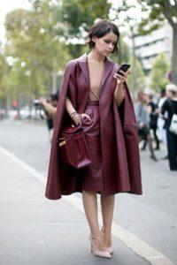 бордовая сумка с кожаным плащом