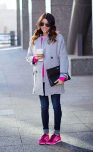 розовые кроссовки с пальто