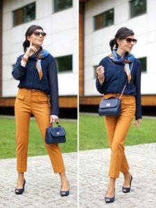 горчичные брюки с синей сумкой