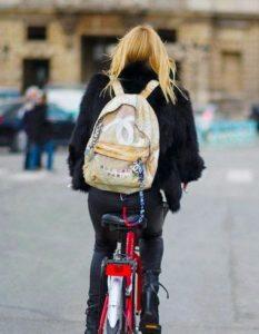 С чем носить тканевый рюкзак
