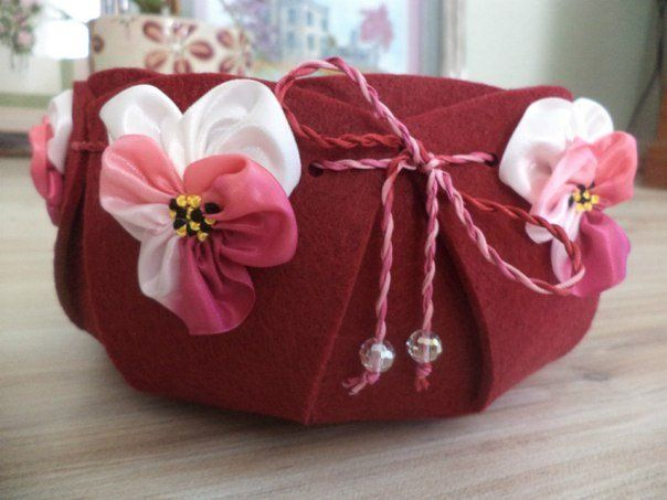Красная сумка из фетра с цветами