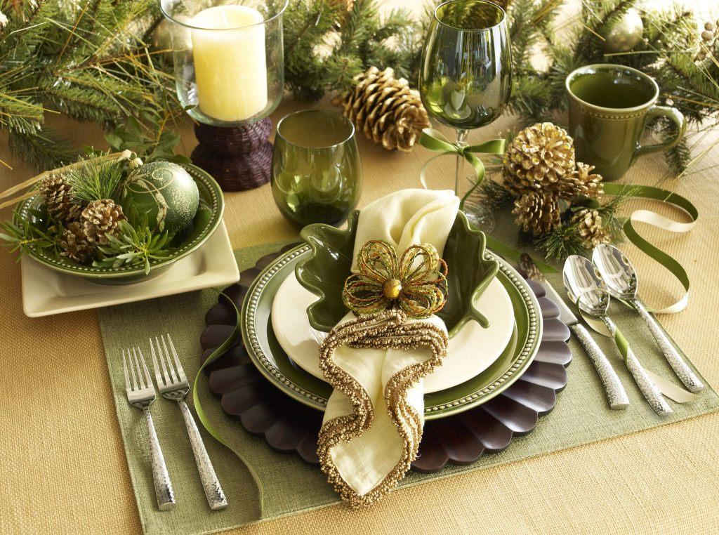 Зеленый новогодний стол с елкой