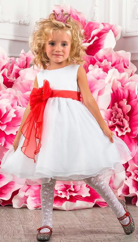Белое платье с красным бантом