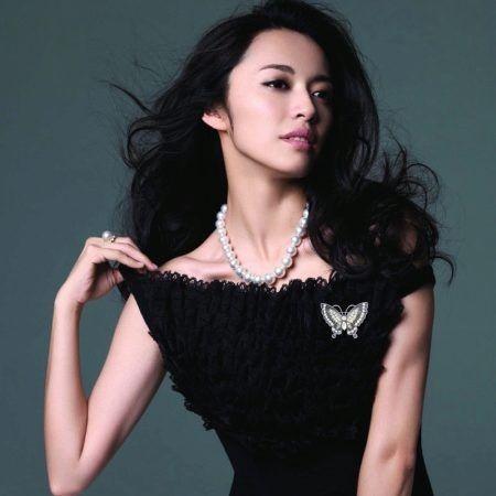 Черное платье с брошью