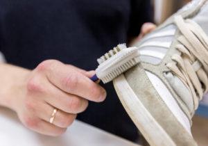 чистка кроссовой щёткой