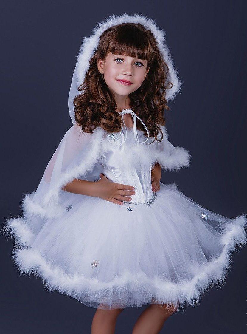 Снежинки на платье серебристые