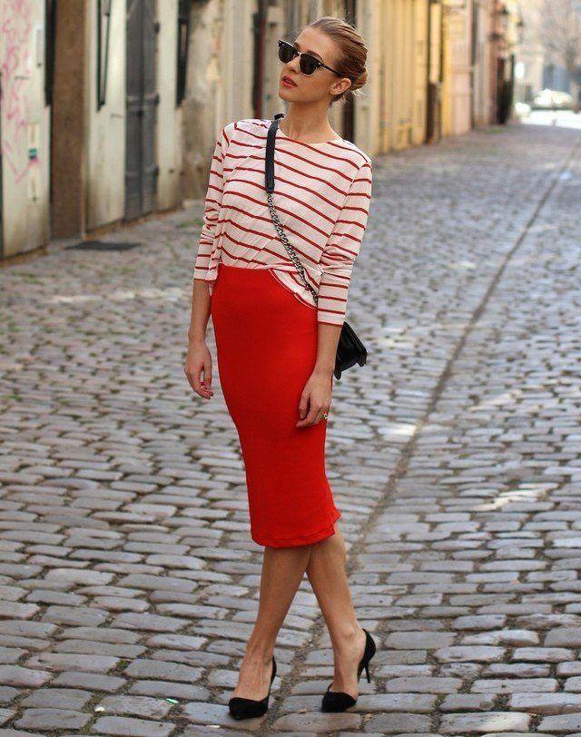 Красная юбка с полосатой блузой