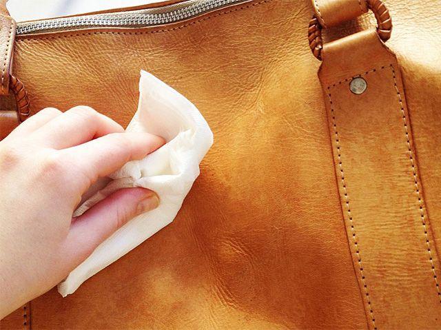 Чистка сумки влажной салфеткой с кремом
