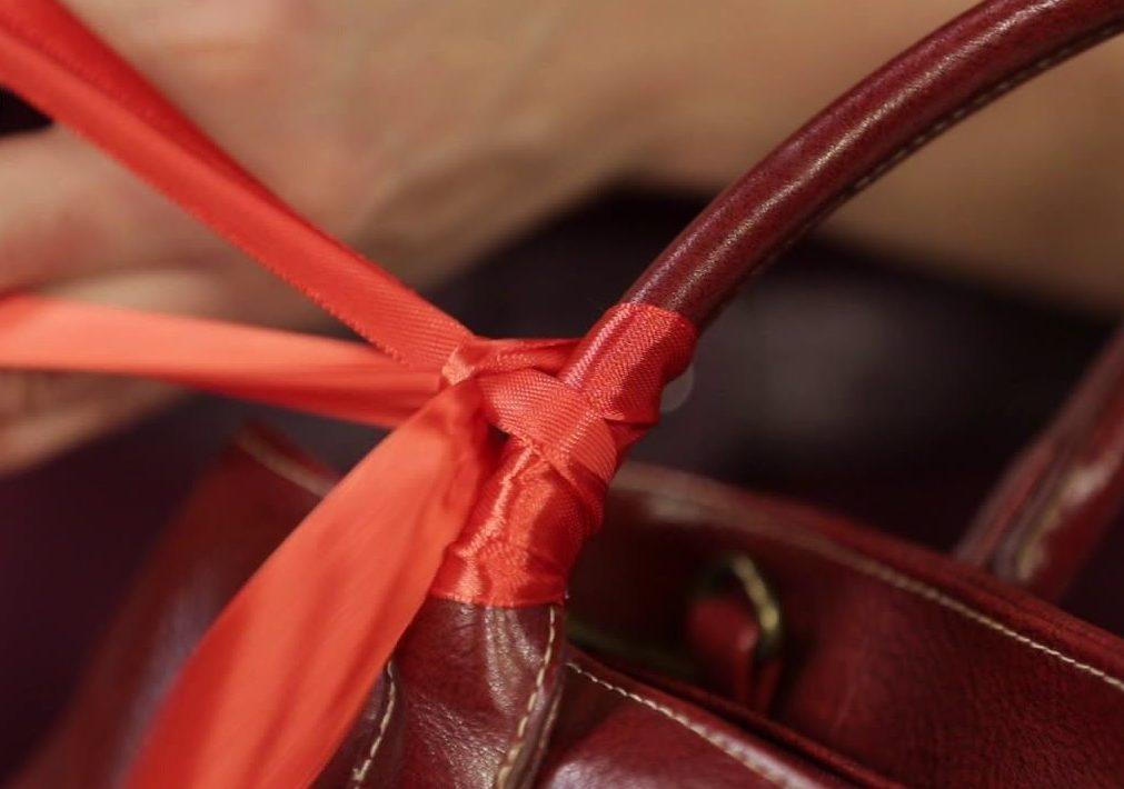 Лентой украшаем ручки старой сумки