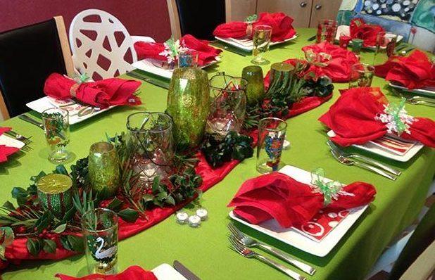 красный раннер на новогоднюю зеленую скатерть