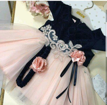 Платья украшено цветами