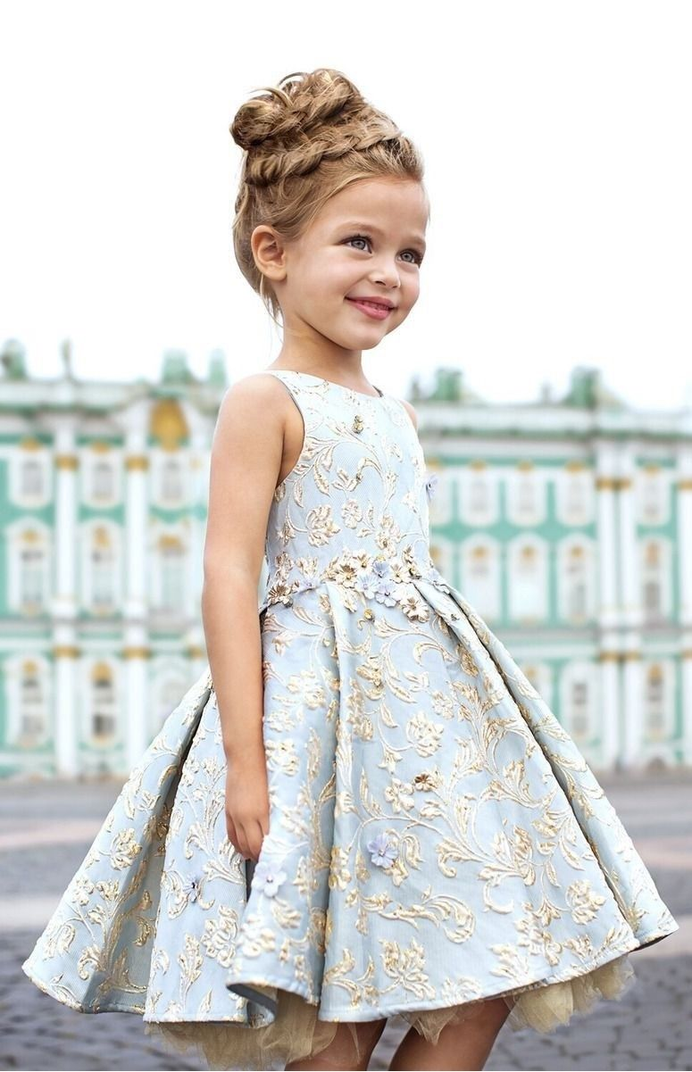 Нарядное светлое платье на Новый год