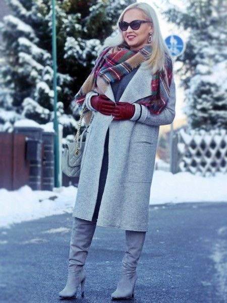 красные перчатки и серое пальто