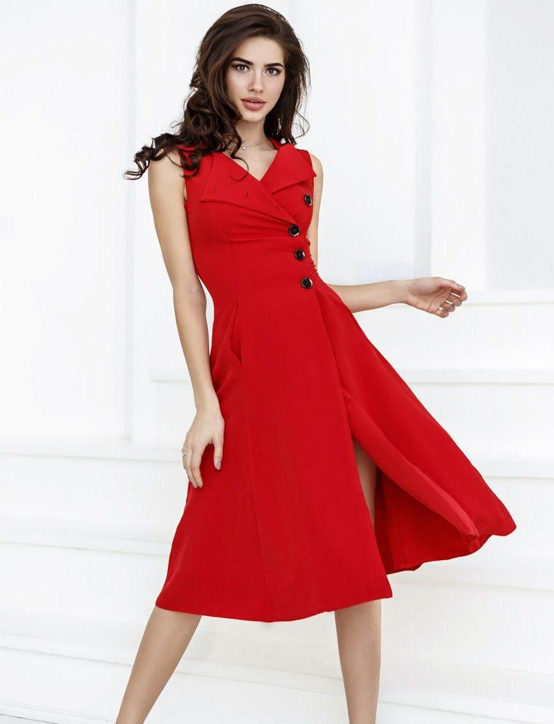Красное полуприлегающее платье