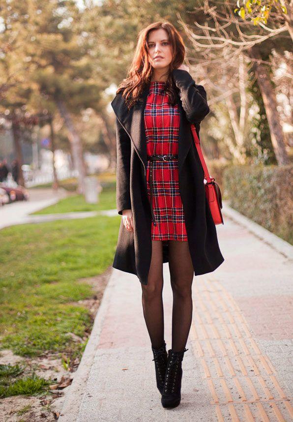 Красное платье в клетку с пальто