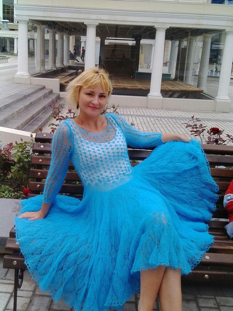 Голубое расклешенное платье из мохера