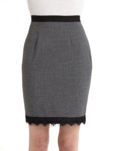 серая прямая юбка с кружевом