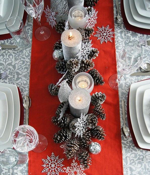 раннер красный с шишками на новогодней скатерти