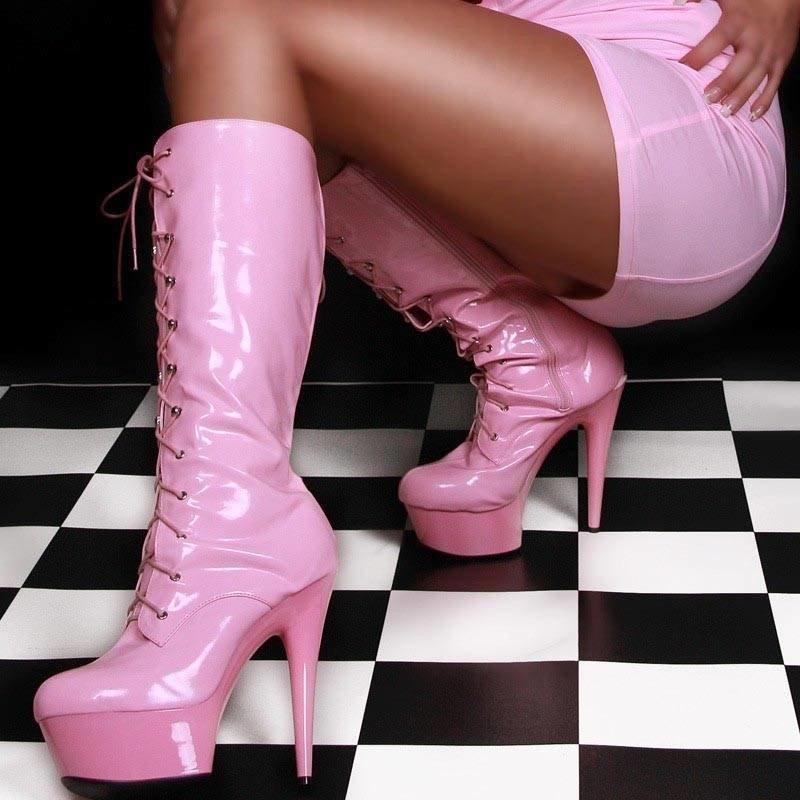 розовые сапоги с мини-платьем