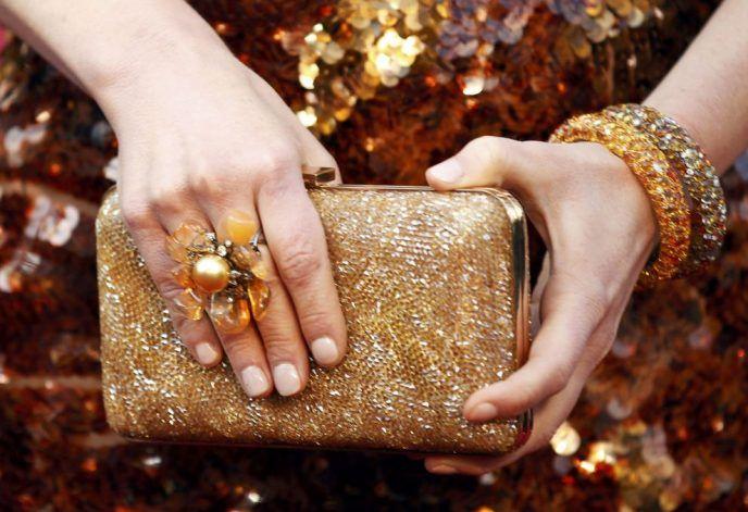 Золотистый клатч с вечерним платьем