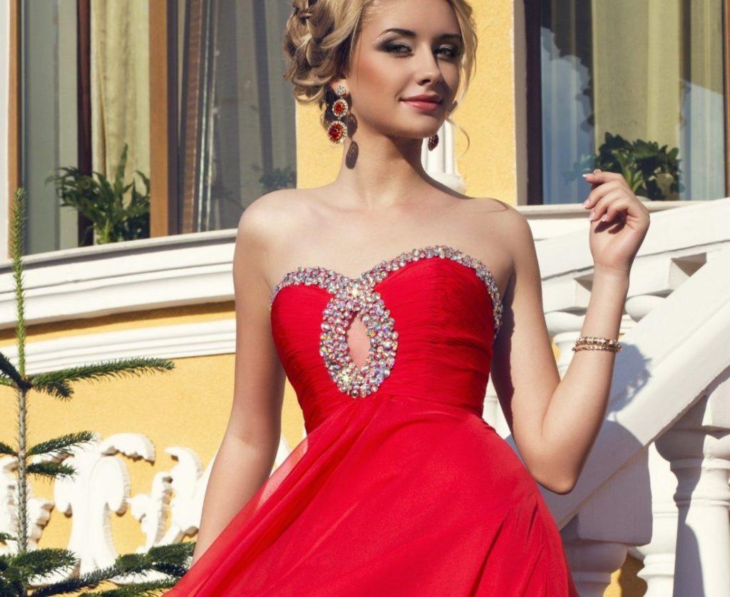 алое платье и серьги