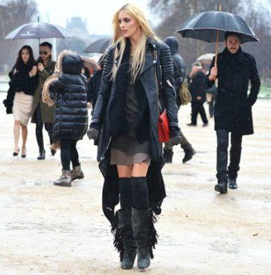 Черные сапоги с бахромой с курткой