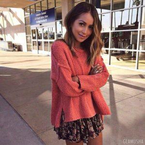платье с розовым свитером