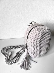 серый вязаный рюкзак