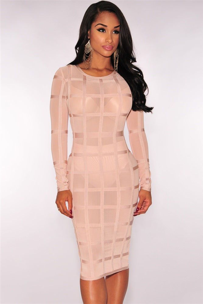 Нежно-розовое платье-футляр в клетку