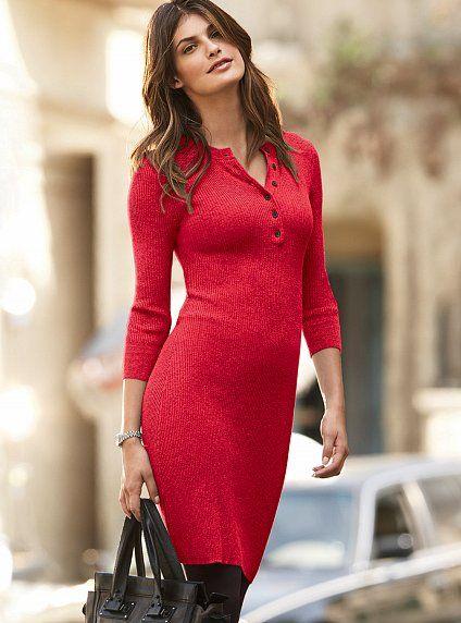 Красное трикотажное платье