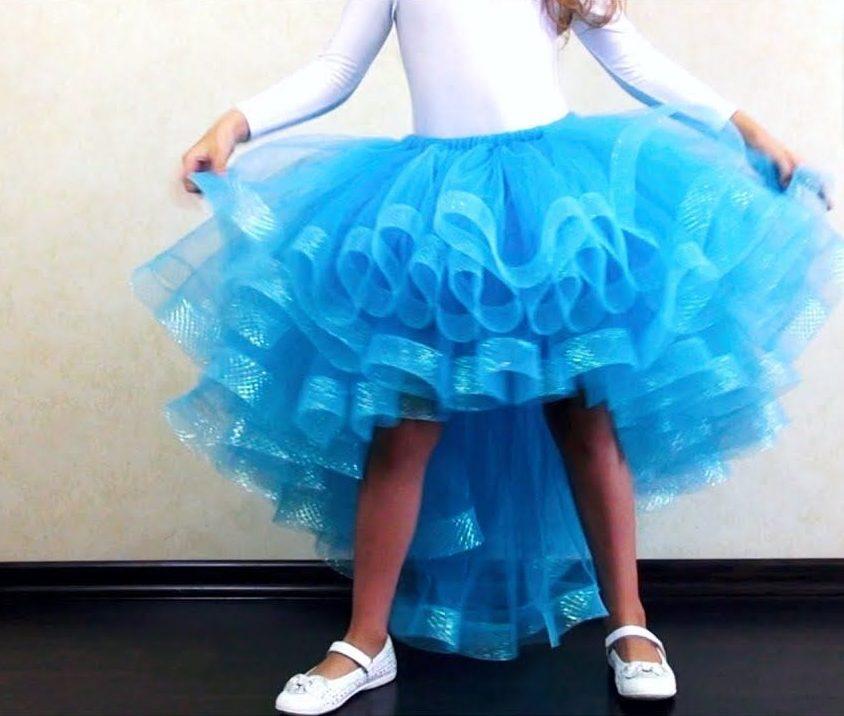 Голубое детское платье из фатина со шлейфом