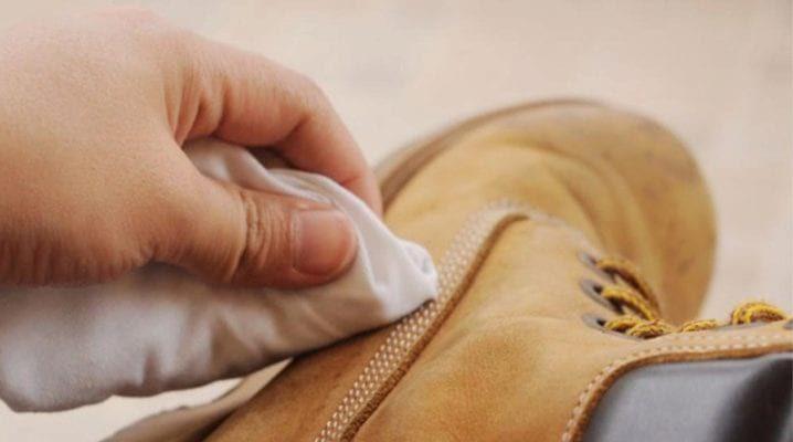 Удаляем разводы с замшевой обуви