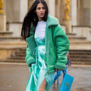 голубая сумка с зеленой дубленкой
