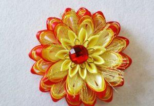 Приклеиваем в центр основного цветка, волокна тщательно распределяем по всему цветку.
