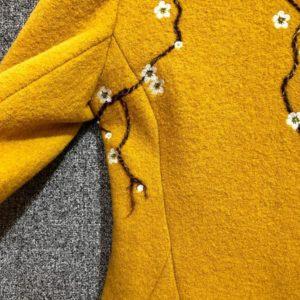 желтое пальто с цветами