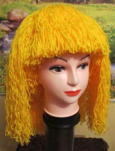 желтый парик из пряжи